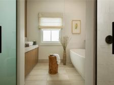 Deluxe guestroom bathroom with tub